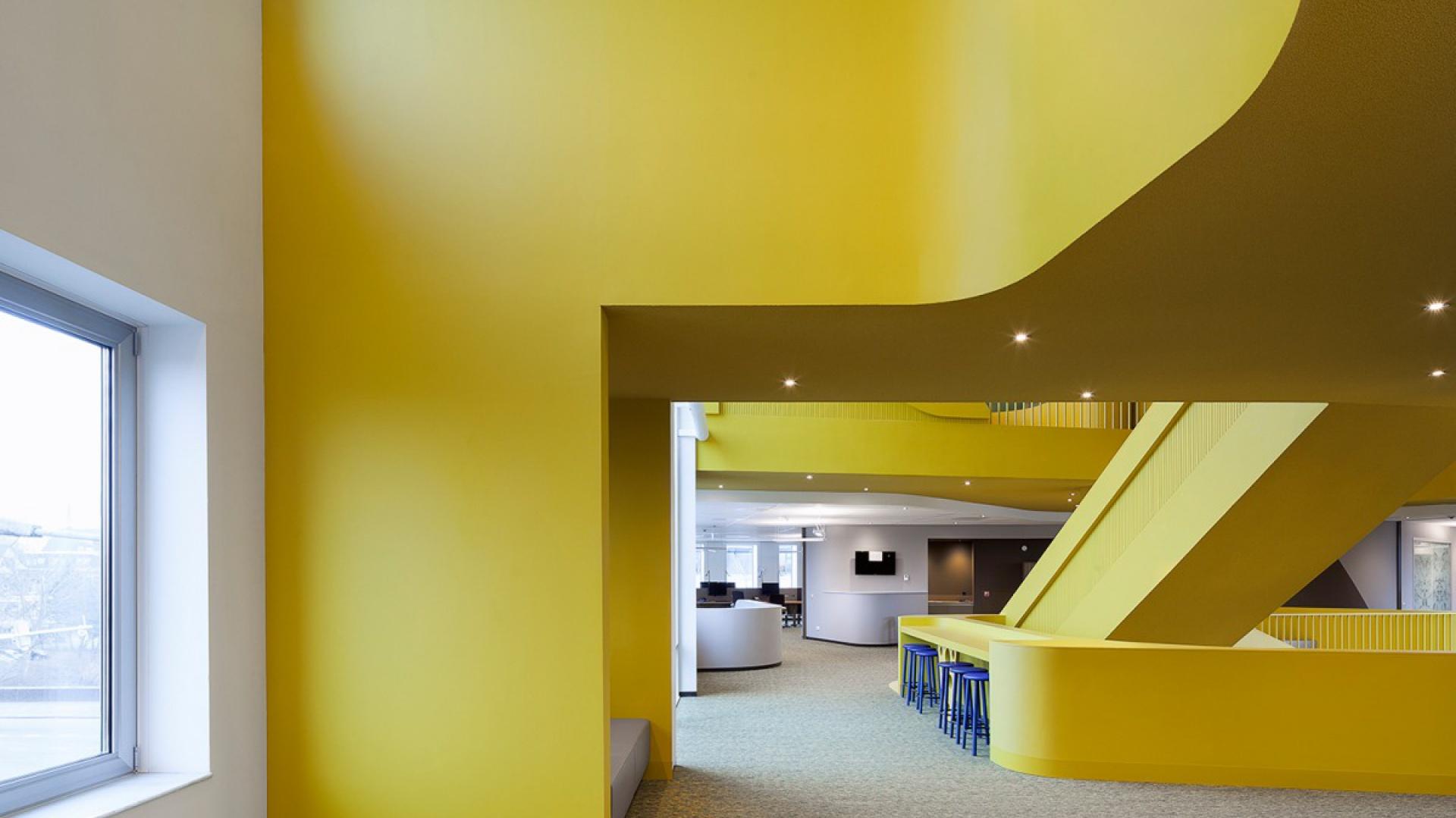 Wyróżniające się prostotą i minimalizmem wnętrza stanowią komfortową przestrzeń do nauki. Fot. Sto