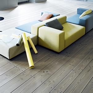 Modułowa sofa Nevada szybko może być zamieniona w łóżko 2-lub 3-osobowe. W kolekcji znajduje się także leżanka i podnóżek. Fot. Softline.