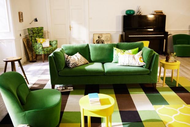 Nie bój się koloru! 7 inspirujących pomysłów na zielone kanapy