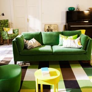 Zielona sofa trzyosobowa i fotel z kolekcji IKEA Stockholm. Fot. IKEA.