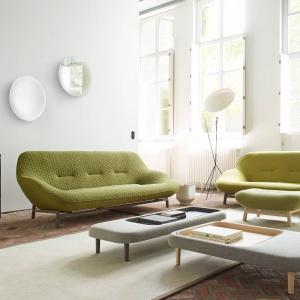 Sofa Cosse projektu Philippe Nigro. Inspiracją do powstania projektu był komfort, prioretetem - lekkość konstrukcji. Podstawa z litego drewna. Fot. Ligne Roset.