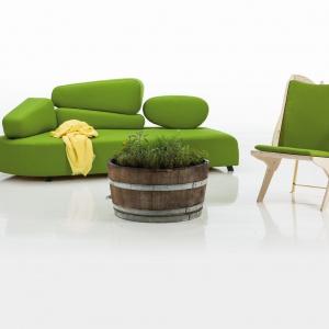 Sofa z kolekcji Individuals niemieckiej marki Bruhl - nowoczesna, odważna forma i kolorystyka. Fot. Bruhl.