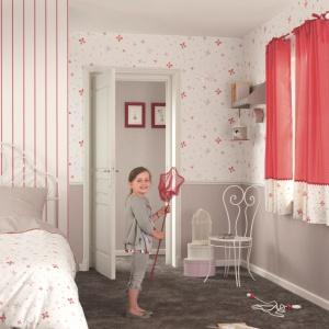 Tapeta z kolekcji Jules et Julie marki Casadeco. Pastelowe, różowo-szare motywy wyglądają, jakby wykonane je ręcznie. Fot. Casadeco.