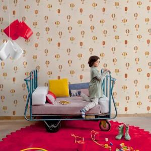 Cosas Minimas to kolekcja tapet dla dzieci hiszpańskiej marki Coordonne. W kolekcji znajdziemy tapety z rowerami, budynkami, tapety z balonami i cyrkiem a także w kolorowe pasy, miasta i drobne kwiatki. Fot. Cooronne.