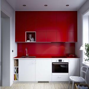Bardzo mała kuchnia, w której każdy skrawek przestrzeni wykorzystano do maksimum. Górne szafki poprowadzono aż pod sam sufit - są długie i bardzo pojemne. Fot. IKEA, kuchnia Metod Rouge.