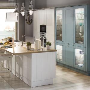 W tej eleganckiej kuchni o klasycyzujących formach wysoka zabudowa ma delikatny kolor przybrudzonego błękitu. Fot. WFM Kuchnie, kolor frontów Telaio Jade.