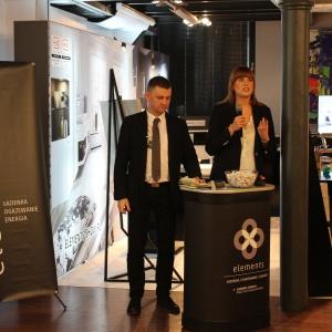 O ofercie ELEMENTS opowiedzieli Magdalena Kolanowska oraz Gustaw Orzechowski. W tle jest stoisko ELEMENTS.