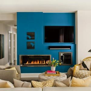 Wielki błękit na jednej ze ścian salonu to bardzo oryginalna jego dekoracja. Fot. Dekoral.