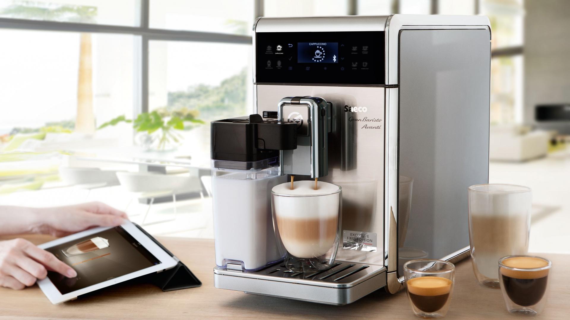 W pełni automatyczny ekspres do kawy Saeco GranBaristo Avanti, dzięki mobilnej aplikacji pozwala zarządzać procesem parzenia za pośrednictwem tabletu. Fot. Philips