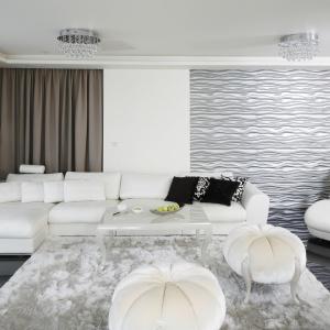 Fragment ścianie w salonie zdobią panele 3D ze strukturą fal w srebrnym kolorze, który podkreśla wystrój glamour. Projekt: Katarzyna Uszok. Fot. Bartosz Jarosz.