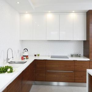 W tej kuchni, gdyby nie obecność stalowej baterii i ociekacza, biały zlewozmywak całkowicie znikałby w otaczającej go bieli na ścianie i blacie. Projekt: Piotr Stanisz. Fot. Bartosz Jarosz.