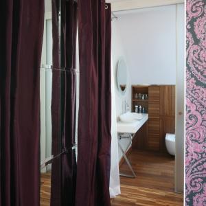 Mała łazienka jest połączona z sypialnią państwa domu. Fot. Bartosz Jarosz.