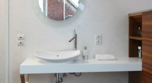 Mała łazienka znajduje się na poddaszu jednorodzinnego domu. Ma podłogę... masującą stopy. Ciekawie jest wykonana kabina prysznicowa: pod skosem dachu, z siedziskiem.