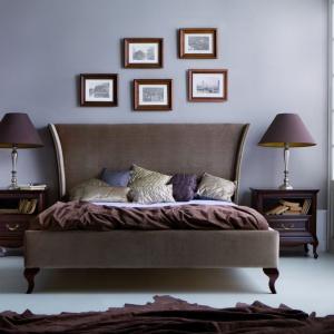 Sypialnia Classic oferuje łóżko tapicerowane tkaniną, osadzone na wygiętych nóżkach z lekko rozchylającym się ku zewnętrznej stronie zagłówkiem. Fot. Taranko.