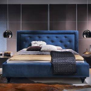 Łóżko tapicerowane Castle ma pikowany zagłówek zamknięty w miękkie ramy. Łóżko dostępne jest w wielu ciekawych kolorach. Fot. Black Red White.