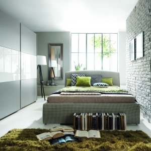 Łóżko tapicerowane Alice firmy Black Red White,, którego tapicerka ma modny wzór pepitki, nada wnętrzu wyjątkowej klasy. Fot. Black Red White.