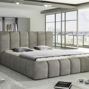 Łóżko tapicerowane Amber to mebel w iście włoskim stylu. Masywny kształt ramy otula materac i sprawia, że wnętrze sypialni staje się luksusową przestrzenią. Fot. Wersal