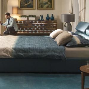 Łóżko Milonga ma piękną barwę, ale również wygodne, regulowane zagłówki. Mebel wyposażony jest również w obszerny pojemnik na pościel. Fot. Kler.