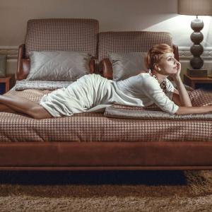 Łóżko E-moll oferuje nowatorski system podnoszenia oparć w wezgłowiu. Dostępne w wielu eleganckich tkaninach. Fot. Kler.