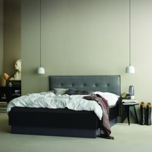 Łóżko Lugano występuje w dwóch wersjach kolorystycznych. Ma nowoczesną bryłę i sprawdzi się w minimalistycznie urządzonym wnętrzu. Fot. BoConcept.