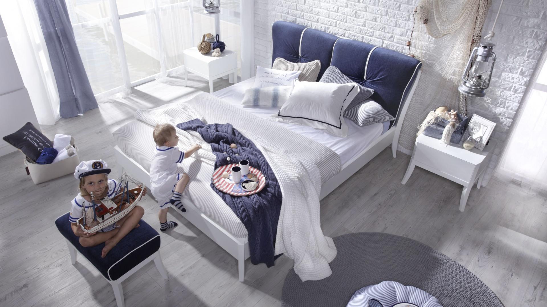 Łóżko Dream Luxury Marina pasuje do sypialni w marynistycznym stylu. To eleganckie połączenie bieli i odcieni niebieskiego. Fot. Swarzędz Home.