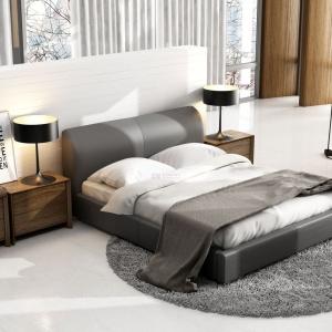 Łóżko Classic Lux z zagłówkiem dość okazałym w wyglądzie. Sprawia, że surowa stylizacja staje się przytulna i ciepła. Fot. New Design.