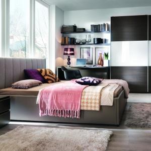 Miękki, tapicerowany zagłówek to świetne rozwiązanie dla osób lubiących czytać przed snem. Można się na nim wygodnie oprzeć. Na zdjęciu sypialnia Lorenzo. Fot. Black Red White.