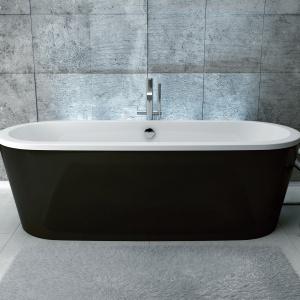 Modna biel i czerń pasująca do łazienek nowoczesnych i klasycznych - wanna wolno stojąca Victoria firmy Besco. Fot. Besco.