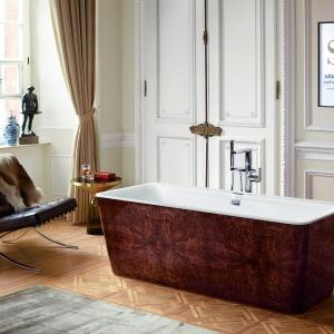 W obudowie w kolorystyce drewna - wanna wolno stojąca Squaro Prestige firmy Villeroy&Boch. Fot. Villeroy&Boch.