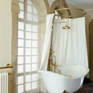 W klasycznym stylu - wanna wolno stojąca Tulip firmy Gentry Home. Fot.  Gentry Home.