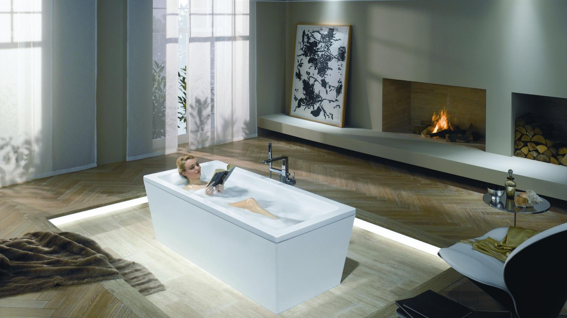Z systemem nagłośnienia, dzięki czemu można w kąpieli słuchać muzyki - wanna wolno stojąca Sound Wave firmy Kaldewei. Fot. Kaldewei.