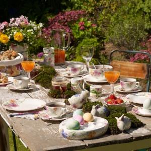 Piękna wiosenna aranżacja, w której króluje zastawa stołowa, którą zdobią pastelowe, kwieciste motywy i wykonane z porcelany króliki. Fot. Rossi.