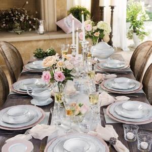 Kolekcja porcelany Moments to eleganckie, wysmakowane połączenie bieli z pudrowym różem, zdobiącym obwódki talerzy i talerzyków. Fot. Fyrklovern.
