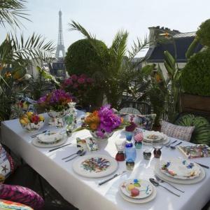 Kolekcja Caribe zaprojektowana przez Neila Bicknella to artystyczny sposób na wielkanocny stół. Kolorowe, oryginalne malunki i motywy motyli zdobią białą porcelanę. Fot. Vista Alegre.