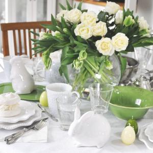 Duet bieli i zieleni prezentuje się bardzo elegancko. Tutaj delikatne akcenty w postaci bukietu kwiatów, miseczki, tacki  i porcelanowego jaja wprowadzają zieleń, przełamującą dominującą biel. Fot. Tendom.pl.