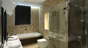 Ta piękna łazienka ma nietypowe wykończenie. Na ścianach jest wapień, na którym widać zastygłe pradawnych skorupiaków. Zaprojektowano ją dla rodzeństwa – dwójki nastolatków.