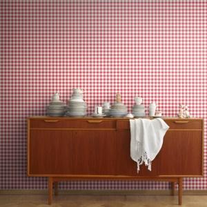 Tapeta w stylu retro to propozycja marki Mr Perswall. Różowa krateczka świetnie się sprawdzi w przedpokoju, a nawet w kuchni. Fot. Mr Perswall.