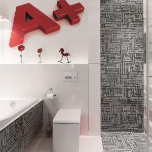 Ciekawą dekoracją łazienki są płytki ceramiczne w litery. Fot. Bartosz Jarosz.