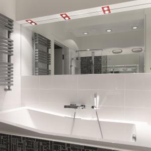 Duże lustro nad wanną odbija przestrzeń z lustra nad umywalkami. Dlatego łazienka zdaje się nie mieć końca. Fot. Bartosz Jarosz.