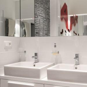 To rodzinna łazienka z pojemną szafką pod umywalkami. Fot. Bartosz Jarosz.