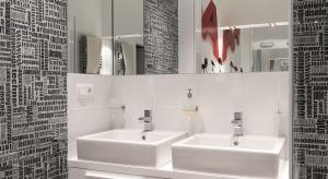 Gdy w domu są małe dzieci, łazienka musi być do nich dostosowana. Tutaj się to udało. Jest wygodnie, bezpiecznie i ze szczyptą koloru.