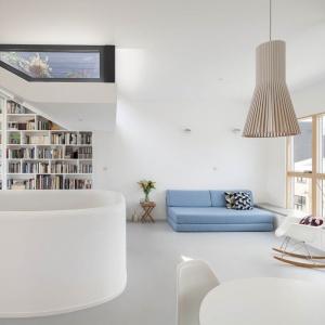 Duże pionowe okna oraz przeszklenia w dachu zapewniają bogaty dostęp światła słonecznego do wnętrza domu. Projekt: Scenario Architecture. Fot. Matt Clayton.
