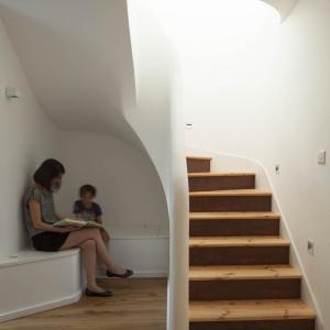 Pod schodami powstała nisza, w której zaplanowano siedzisko. Projekt: Scenario Architecture. Fot. Matt Clayton.