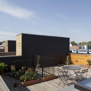 Na dachu budynku znajduje się taras, na którym można wypocząć. Projekt: Scenario Architecture. Fot. Matt Clayton.