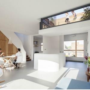 Dzięki obniżeniu części dachu i przeszkleniu fragmentu ściany pod sufitem domownicy mogą obserwować dzieci bawiące się na tarasie. Projekt: Scenario Architecture. Fot. Matt Clayton.