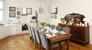 Już niedługo będziemy podejmować naszych gości na wielkanocnym śniadaniu. Z tej okazji przygotowaliśmy dla Was galerię 12 zdjęć eleganckich jadalni z polskich domów.