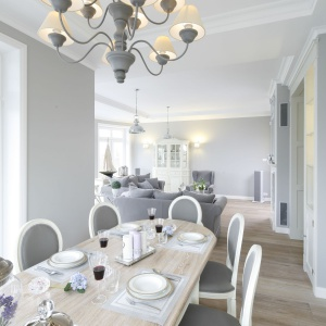 Dużą jadalnię urządzono w pomieszczeniu wpasowanym pomiędzy salon i kuchnię. Projekt: Maciejka Peszyńska-Drews. Fot. Bartosz Jarosz.