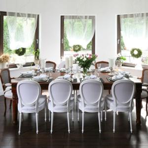 Drewniany stół na stylizowanych nogach tworzy zgrabną kompozycję z towarzyszącymi mu krzesłami w dwóch stylach i kolorach. Projekt: Magdalena Konochowicz. Fot. Bartosz Jarosz.