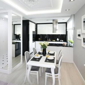 Czarno-biała jadalnia prezentuje się bardzo elegancko za sprawą klasycznego duetu barw i stylizowanych mebli. Projekt: Katarzyna Mikulska-Sękalska. Fot. Bartosz Jarosz.