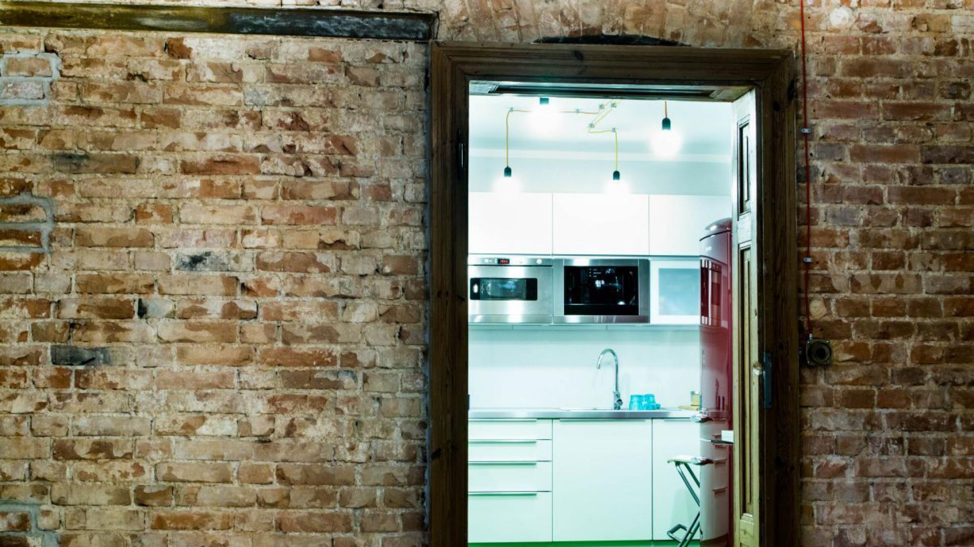 W środku zachowały się dwie oryginalne drewniane ościeżnice drzwi wewnętrznych. Ściana pomiędzy salonem i kuchnią została odsłonięta i pozostawiona w